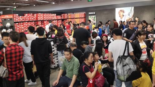国庆长假购物也疯狂,店铺被挤爆,试穿买单都需要排长队