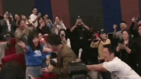 """胡歌长发现身《攀登者》路演 吴京变""""推手""""助攻粉丝"""