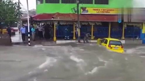 两男子真的是要钱不要命,在急流的洪水中,宁死保住爱车