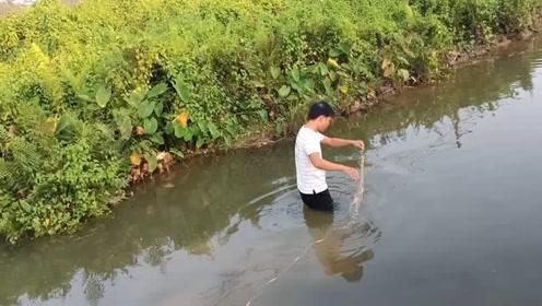 水库关闸,看到河里有很多鱼,赶紧回去拿网来下,看看收获如何