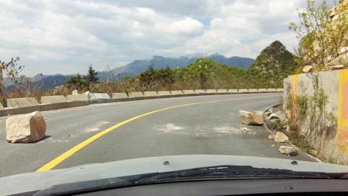 司机在高速行驶中,遇到石头怎么办?老司机:这样做既简单又安全