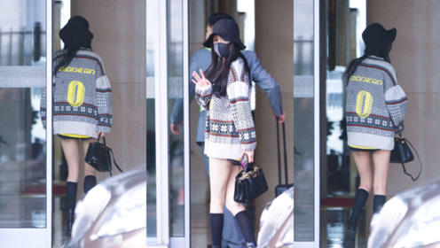 """腿精出没!杨幂机场与粉丝告别两步一回头,长腿吸睛美丽""""冻""""人"""