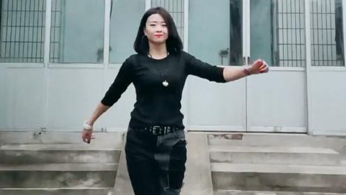 农村大姐自跳自嗨,曳步舞跳的真洒脱,看着真带劲