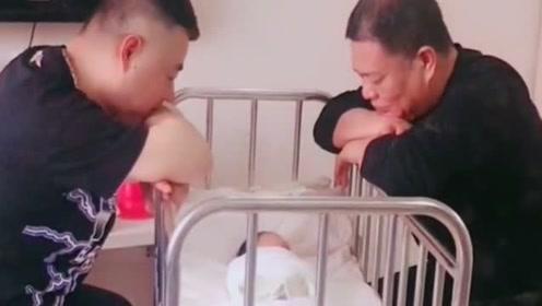 爷爷和外公第一次见刚出生的孙子,堪称高手对决,看一次笑一次