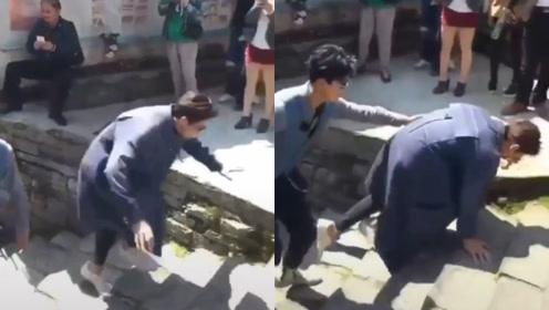吴亦凡登台阶不小心摔倒,赶紧爬起保持男神形象,直挠胸口显尴尬