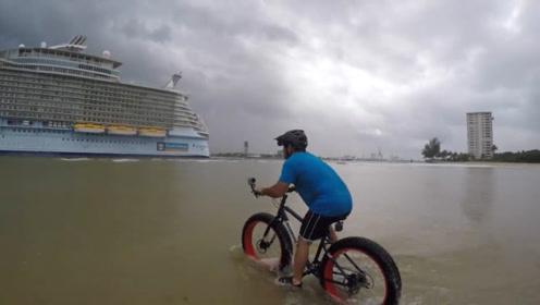 小伙在海上骑自行车,入水的一刻,整个人都尴尬了!