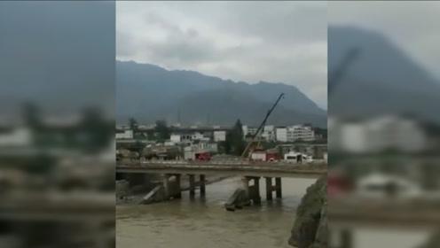 甘肃舟曲一扶贫干部与4名记者下乡时车辆坠河 已致3死2失联