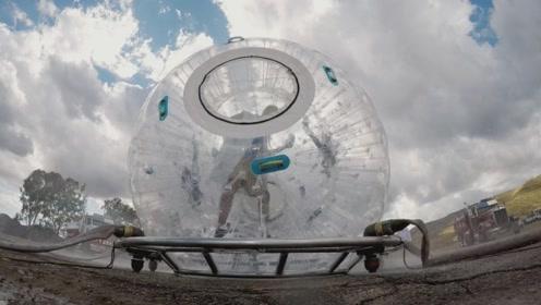 将喷水管绑在水球上,老外站在里面飞起,真是太刺激了