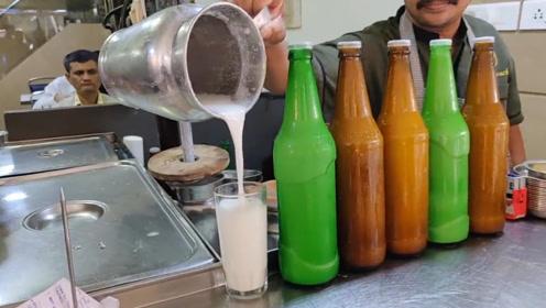 印度街头爆款乳酪饮料:大块乳酪直接捣碎筛啤酒瓶里喝!巨过瘾