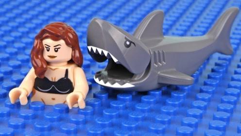 小情侣去海边游玩,却被鲨鱼给包围了,谁知只是虚惊一场!