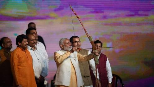 现场!印度总理莫迪现身十胜节庆祝活动 拉弓射箭引人瞩目