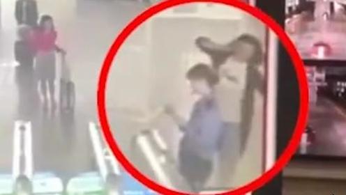 女子没赶上车改签遇无票 怒踹火车站检票员被拘