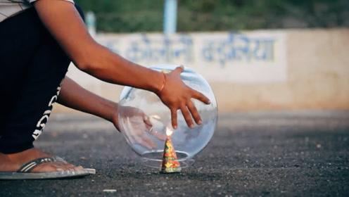 烟花点燃瞬间,印度小哥作死用玻璃罩住,镜头拍下壮观一幕!