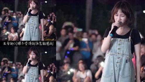 美女歌手一曲经典民谣《追梦赤子心》,歌声入人心,真是百听不厌!
