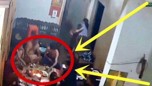 6女3男围坐一起吃火锅,突然发现不对劲,监控拍下可怕瞬间!