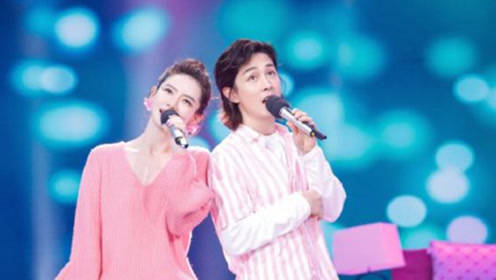 戚薇李承铉合唱小幸运,两人身穿粉色情侣装深情对唱