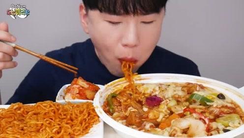 韩国小哥吃芝士炒年糕和火鸡面,大口狂吃表情好享受