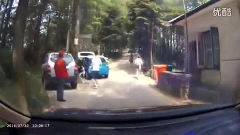 恐怖女司机 脚踩地刹车差点害死小女孩