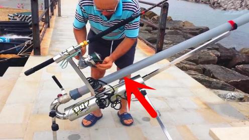 老大爷花高价买来的钓鱼神器,鱼饵往里面一放,能飞百米远!