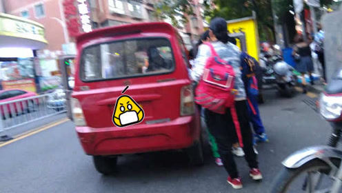 """惊呆了!三轮车成另类""""校车"""",一车竟挤了15人"""