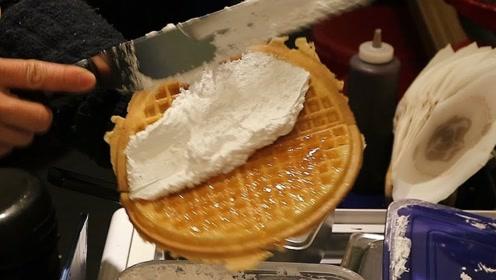 韩国排队才能买到的小吃:蜂巢切一大块直接往华夫饼上放,馋人!
