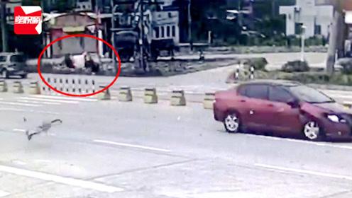 监拍:广东一女子骑车横过马路,斑马线上被疾驰小车撞飞当场身亡