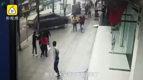 贵阳越野车冲进银行撞死取款女子,3人受伤,车身贴实习标志