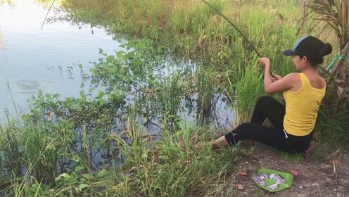 真想站在旁边静静地看表妹钓鱼,一不留神,大家伙就被拉上了岸,真过瘾