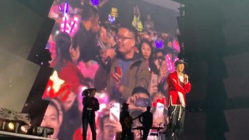 """实名制羡慕!王力宏演唱会为三对粉丝证婚,还带头大喊""""嫁给他"""""""