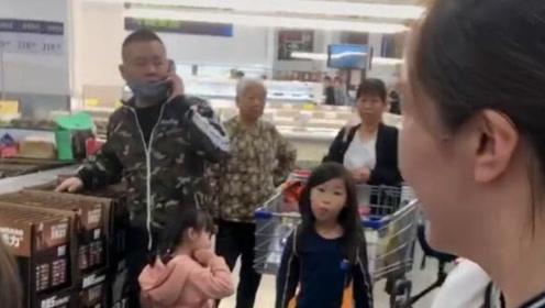 岳云鹏带老母亲和两个女儿逛超市,女儿发现被拍帮爸爸戴口罩