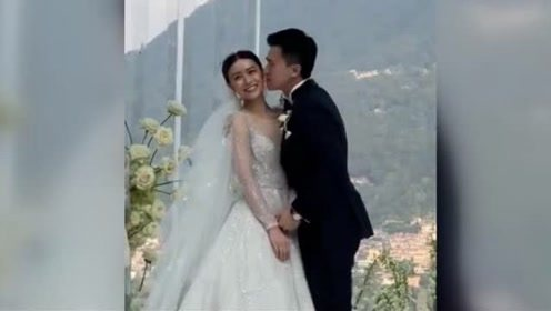 文咏珊婚礼现场曝光 夫妻俩坐船进入古堡甜蜜拥吻恩爱浪漫