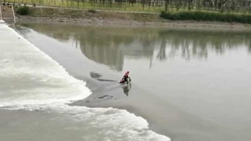 男子游泳卷入旋涡1小时,消防员二次救人被呛水