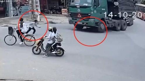 大货车转弯撞上骑车学生,一人被撞飞另一人卷入车底奇迹生还