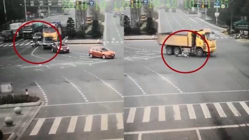 电动车闯红灯被大货车碾碎拖行40米 骑车女前滚翻跃起奇迹生还