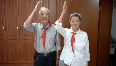 第一届少先队员!8旬老人和老伴一起戴上红领巾:不忘初心