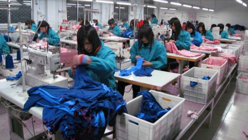 中国工厂实拍,制衣厂工人在不停忙碌着,看的深有感触!