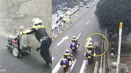 老人坐轮椅闯公路,骁骑摆方阵霸气为其开道,原因暖心