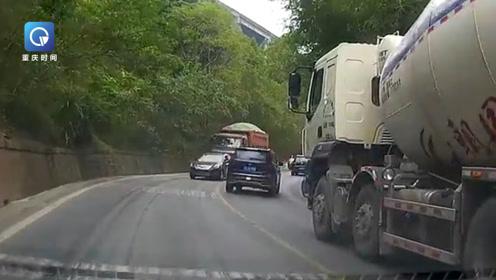轿车越线试图超越罐车 对向大货车无法避让将其推着后退数米