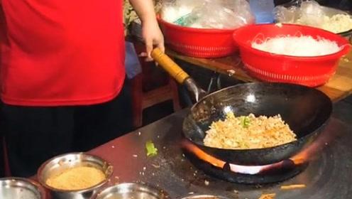 来买饭是假,来看看小哥哥炒菜是真,最后装盘的动作酷毙了!