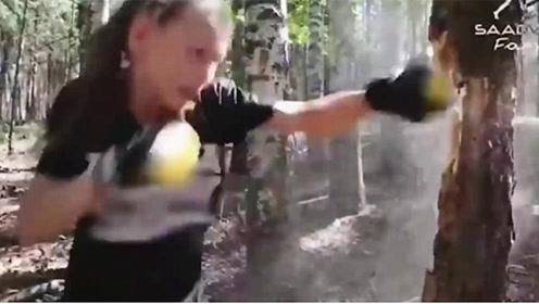 10岁小女孩拳速逆天!徒手打烂树干,看的心里一凉,这TM也太猛了