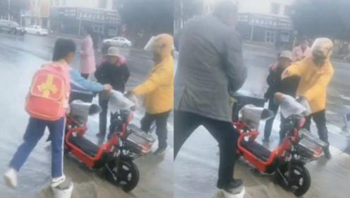 雨水浇不灭的温暖!快递小哥用电动车搭桥帮孩子们跨过积水