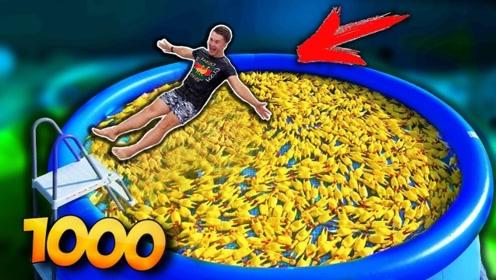 小伙把橡胶玩具倒进泳池里,小伙跳进泳池的反应太搞笑了!