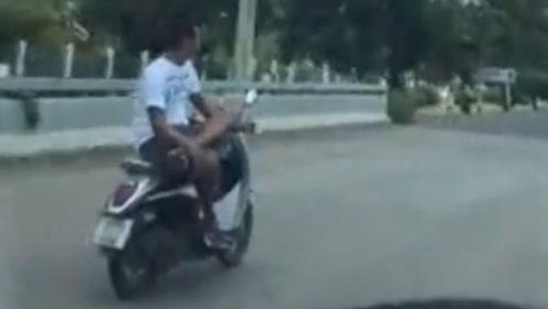 男子开摩托车姿势太放松:跷二郎腿单手扶车