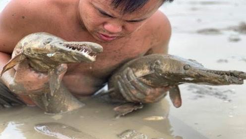 """男子下河竟意外抓到两条""""怪物鱼"""",嘴巴比脸还长,看完简直直流口水!"""