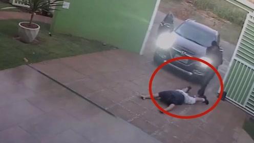 一家人刚把车倒出去救遇到了抢劫,随后男子的举动令人害怕