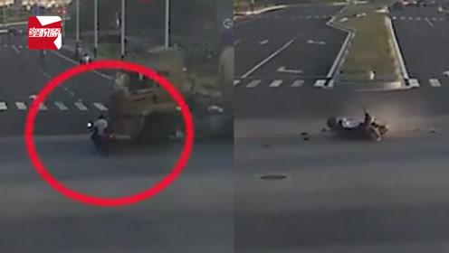 男子骑电动车闯红灯与大货车相撞,车轮下捡回一条命