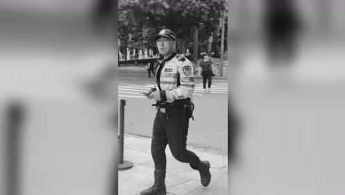 西安一22岁辅警执勤中被撞殉职 同事、群众自发前来悼念