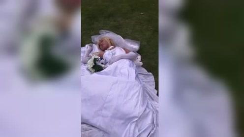 第一次逛动漫展会,穿花嫁的小姐姐躺在草地上干嘛?