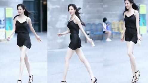 时尚街拍:无美颜无滤镜,黑色的吊带,更衬得小姐姐肤白凝脂!
