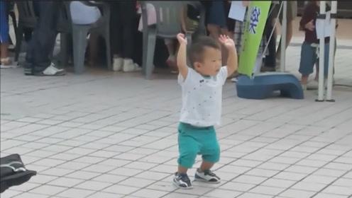1岁萌娃陪妈妈逛街,突然听见江南style,下一秒跳起魔性舞步!
